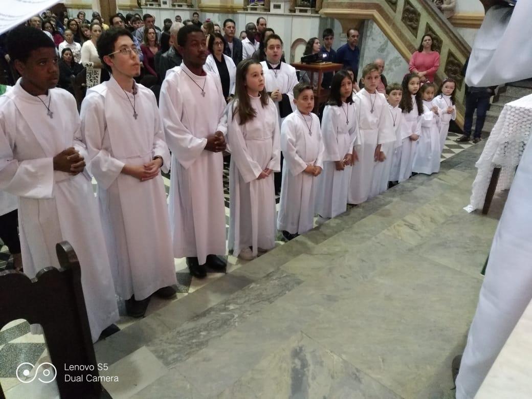 Coroinhas e acólitos recebem a cruz agostiniana.